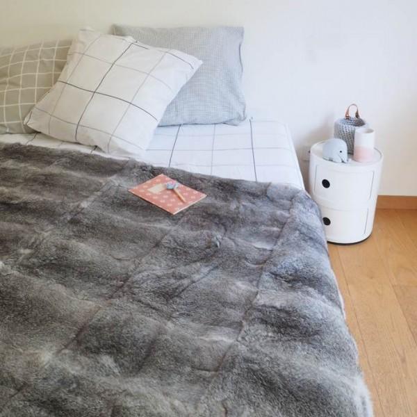 dessus de lit en peaux de lapin gris. Black Bedroom Furniture Sets. Home Design Ideas